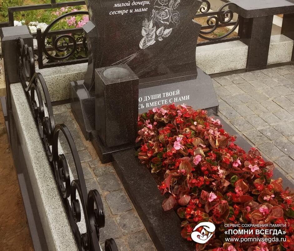 Мемориальный комплекс с барельефом в человеческий рост Парфеньево