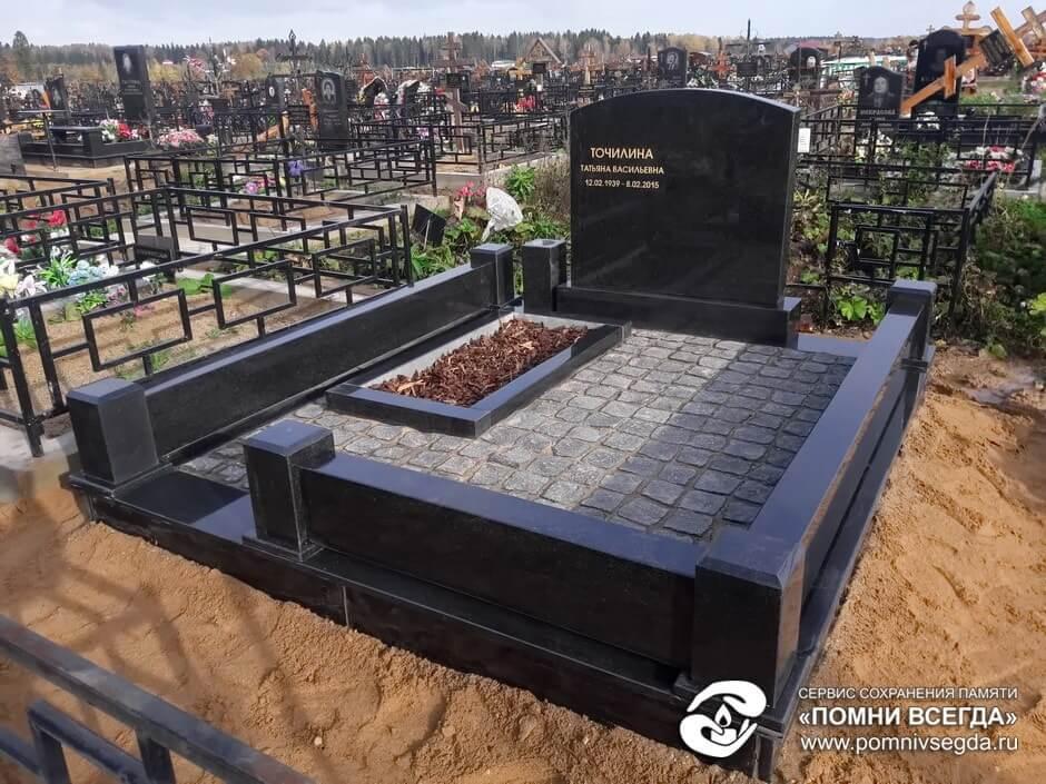 Мемориальный комплекс из двух видов гранитов Новомосковск Мемориальный комплекс из малинового кварцита и гранитов Белинский